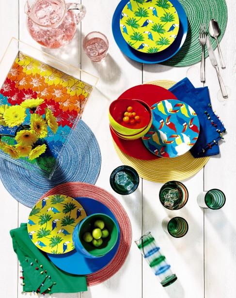 Pimpants les accessoires extérieurs Brasilia! Brights, inspirés par les tropiques. Les tons de la vaisselle en mélamine permettent toute une variété d'agencements. C'est le retour des serviettes 100 % coton, avec frange perlée pour une touche de fantaisie. (Photo fournie par La Baie d Hudson)