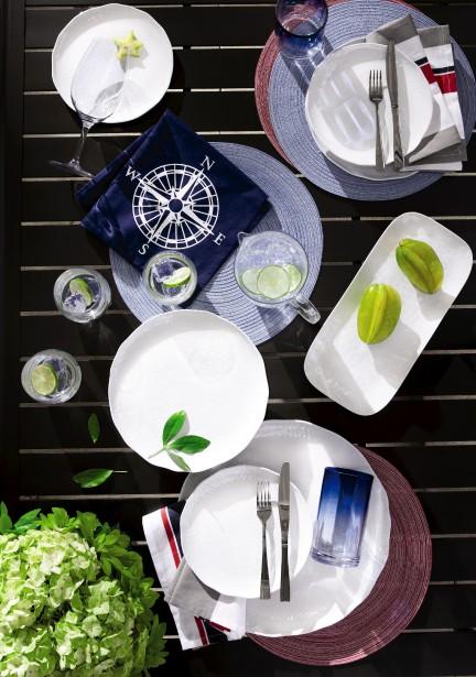 La collection jardin Grand Harbour comprend notamment des verres incassables, sans BPA et «aussi clairs que du cristal». Lavables au lave-vaisselle, ils sont accompagnés d'un pichet assorti. (Photo fournie par La Baie d Hudson)
