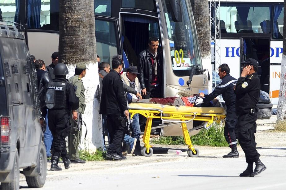 Un blessé est évacué sur une civière après... (Photo Hassene Dridi, AP)