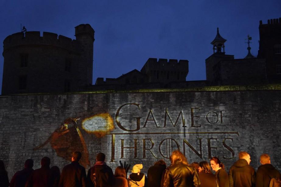Des centaines d'admirateurs sont également venus assister à... (Photo TOBY MELVILLE, Reuters)