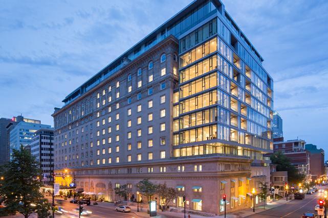 Le Ritz-Carlton et son enveloppe de verre. Crédit photo : Stéphane Groleau. ()
