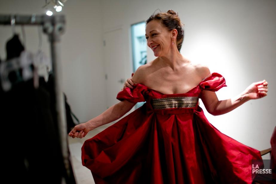 Sylvie Drapeau manipule son costume pour en évaluer... (PHOTO DAVID BOILY, LA PRESSE)