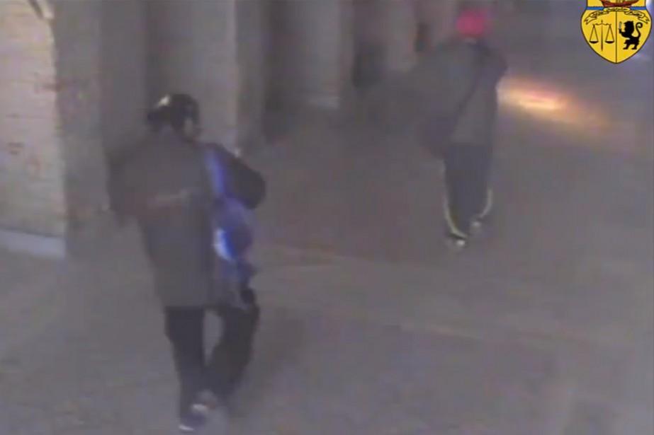 La vidéo montre les deux hommes marcher tranquillement,... (IMAGE TIRÉE D'UNE VIDÉO)