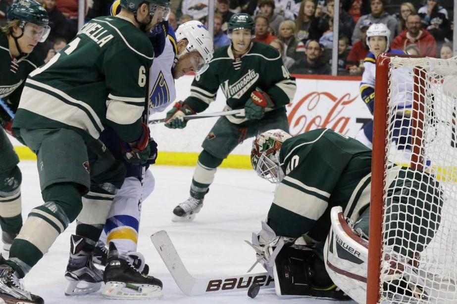 Le gardien Devan Dubnyk bloque le lancer de... (PHOTO ANN HEISENFELT, AP)