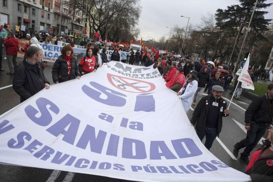 Les manifestants dénonçaient les effets des politiques d'austérité... (PHOTO PEDRO ARMESTRE, AFP)