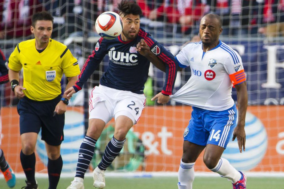 Lee Nguyen agrippe le maillot de Nigel Reo-Coker.... (PHOTO WINSLOW TOWNSON, USA TODAY)