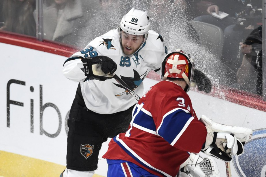 Barclay Goodrow tente d'éviter le contact avec Carey Price. (PHOTO BERNARD BRAULT, LA PRESSE)
