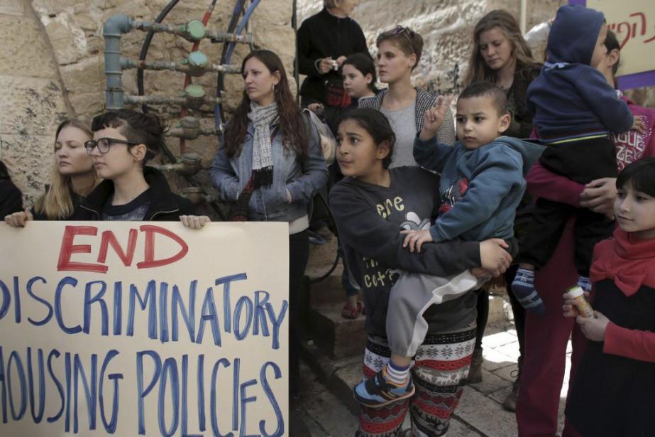Dimanche, des militants sont venus manifester en brandissant... (PHOTO AHMAD GHARABLI, AFP)
