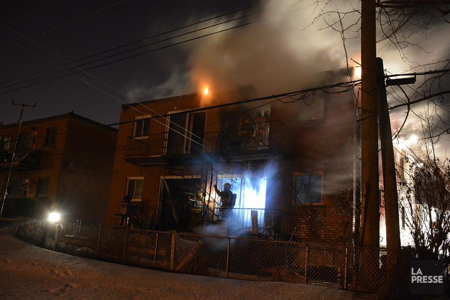 L'incendie a frappé un immeuble de quatre logements.... (PHOTO SYLVAIN RYAN, COLLABORATION SPÉCIALE)
