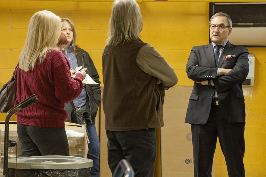 Martin Cauchon a rencontré des employés du département de l'expédition. ()
