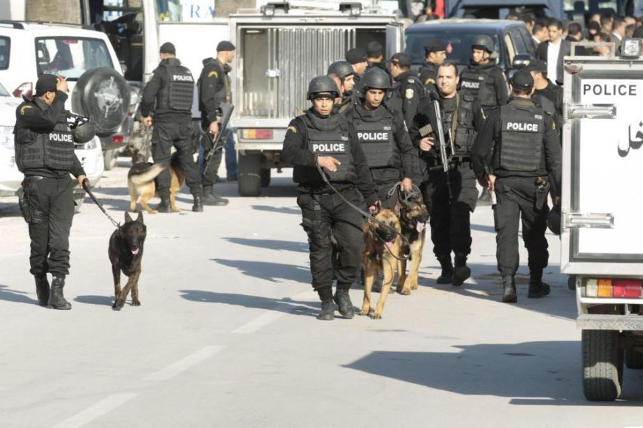 Des policiers accompagnés de chiens avaient été déployés... (PHOTO ZOUBEIR SOUISSI, REUTERS)