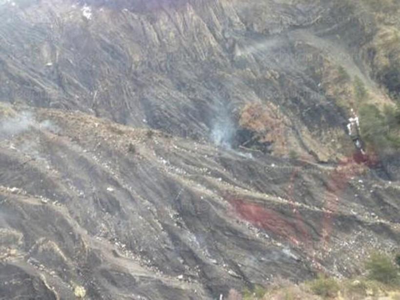 De la fumée s'élève de la zone où l'Airbus se serait écrasé. (PHOTO LE DAUPHINÉ LIBÉRÉ)