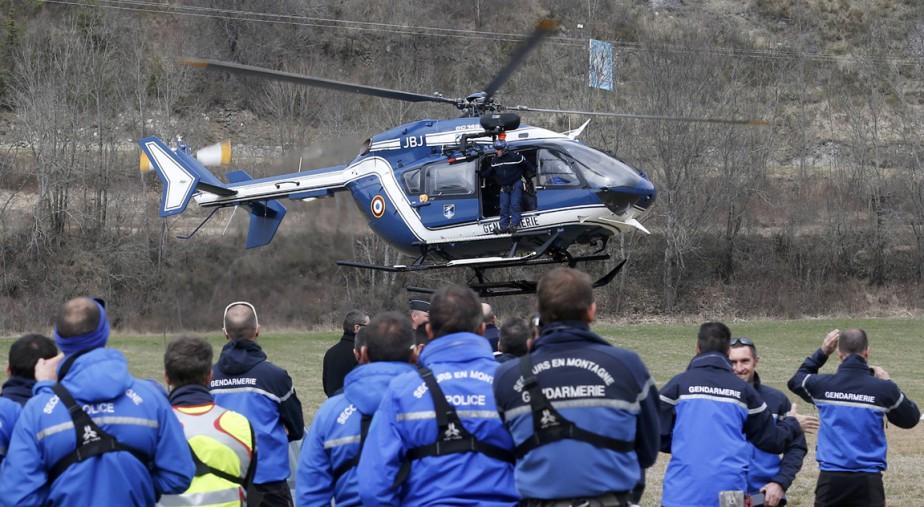 Des secouristes de la police française et de la gendarmerie alpine se préparent à partir en direction du site de l'écrasement. (PHOTO Jean-Paul Pelissier, REUTERS)