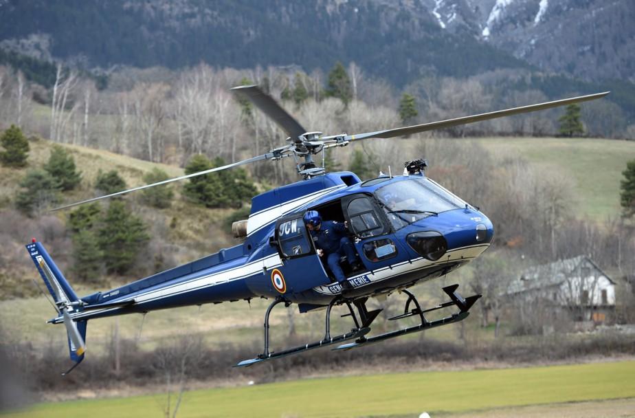 Un hélicoptère de la Garde nationale française décolle pour se diriger vers le lieu de l'écrasement. (PHOTO ANNE-CHRISTINE POUJOULAT, AFP)