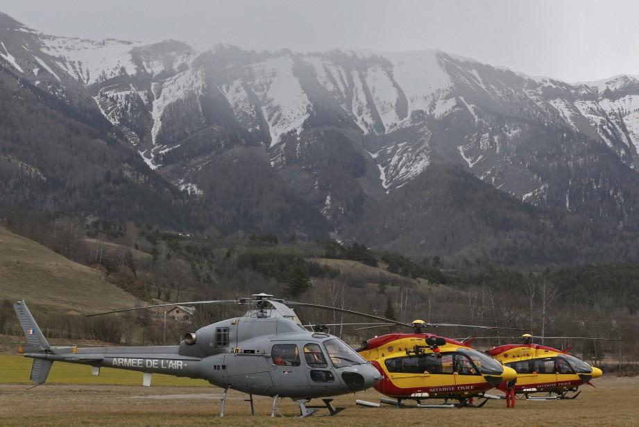 Des hélicoptères de la Sécurité civile et de l'Aviation françaises participent aux opérations de secours. (PHOTO Jean-Paul Pelissier, REUTERS)
