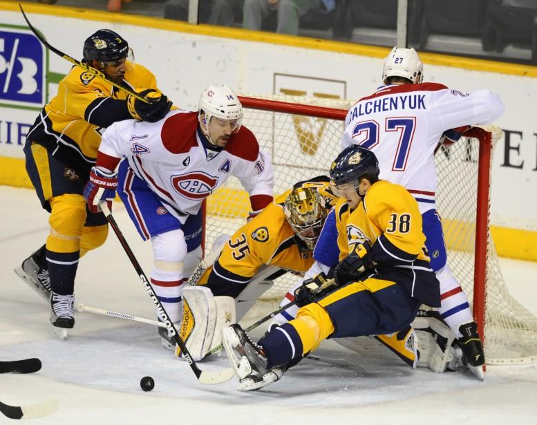 Pekka Rinne réussit à neutraliser la menace, malgré sa fâcheuse posture. (Reuters)