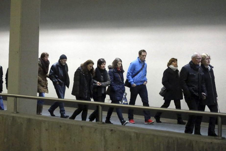 Des proches des victimes à l'aéroport deDüsseldorf.... (PHOTO FRANK AUGSTEIN, ASSOCIATED PRESS)