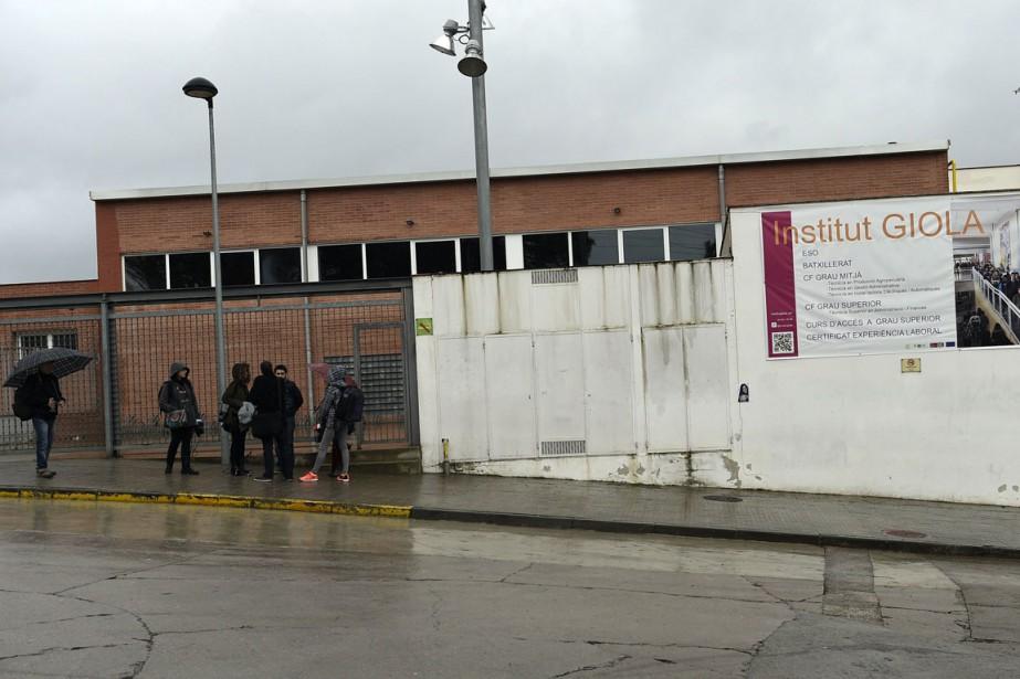 Devant les grilles de l'Institut Giola, planté au... (PHOTO LLUIS GENE, AFP)