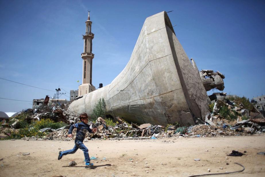 Un garçon passe en courant devant un château... (PHOTO SAID KHATIB, AFP)