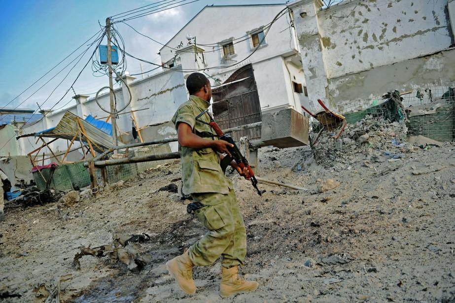 Un soldat somalien sur la scène de l'attentat,... (PHOTO MOHAMED ABDIWAHAB, AFP)