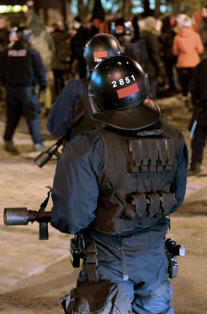 Appelé à couvrir la manifestation étudiante du 24 mars, notre photographe Erick Labbé a été étonné d'apercevoir, bien en évidence, sur le casque des agents antiémeute de la Ville de Québec un... carré rouge, près de leur matricule. Toute ressemblance avec l'autre carré de la même couleur, symbole de la révolte étudiante de 2012, est évidemment fortuite... Données techniques : Nikon D4, focale 70 mm, ISO 6400, ouverture f2.8, vitesse 1/30 | 30 mars 2015