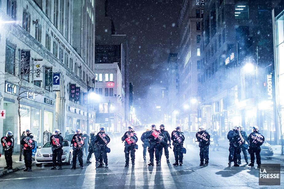 Les policiers étaient nombreux vendredi pour contrôler la... (PHOTO ÉDOUARD PLANTE-FRÉCHETTE, LA PRESSE)