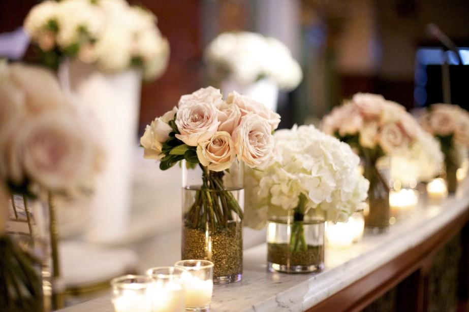 Bouquets ronds classiques et trios de bougies forment cet arrangement des plus romantiques. (Photo de Valérie Busque (Emmanuelle Poirier Mariages & Événements))