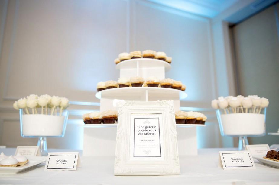 Résolument classique et élégante, cette table sucrée a été montée pour un mariage organisé par Emmanuelle Poirier. Elle utilise des cadres pour enjoliver les textes, les menus, les numéros de table. (Photo Jonathan Robert)