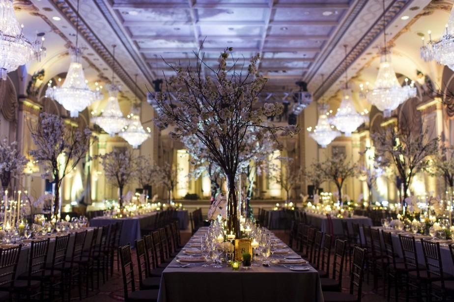 Dans la salle de bal du Château Frontenac, Kim Ahonoukoun a créé ce décor de cerisiers en fleur comme à New York pour le mariage d'un couple qui s'est fiancé à Central Park. (Photo Emilie Iggiotti)
