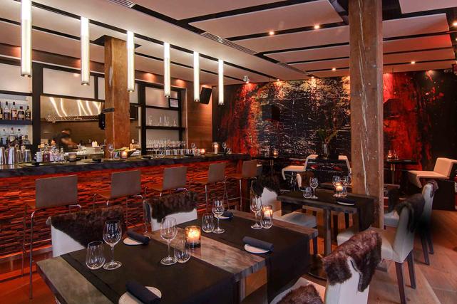 Le restaurant Mercuri offre deux ambiances et deux menus bien distincts. D'un côté, une salle à manger où trône un imposant foyer à bois où viandes et poissons sont cuits avec soin. On y va avec des amis pour savourer des grillades et boire un verre. De l'autre côté, dans une salle plus feutrée, le chef Joe Mercuri propose un menu gastronomique à la hauteur de son talent. On privilégie cette section pour un tête à tête en charmante compagnie. <strong>mercurimontreal.com</strong><br /><br /> ()