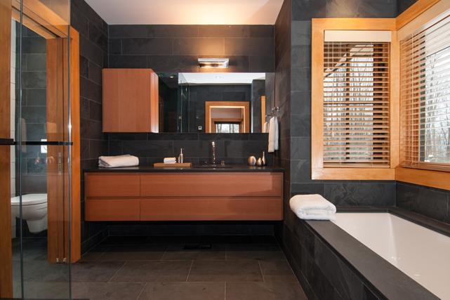 Une des quatre salles de bain ()
