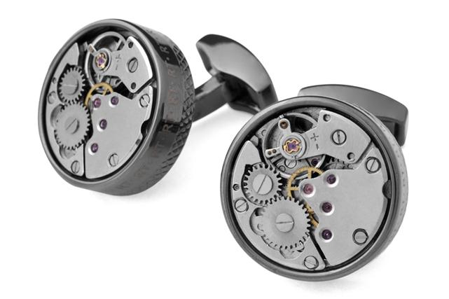 <strong>Boutons Mécaniques</strong><br />Travail d'ingénierie ici : chaque paire de ces boutons de manchettes possède un mécanisme similaire à celui d'une montre. <strong>Prix: 250 $.</strong> <br /><br /> ()