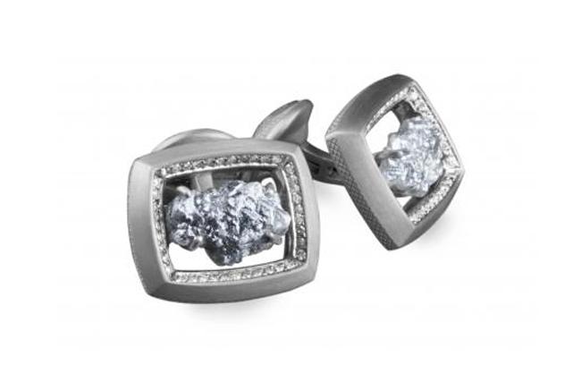 <strong>Boutons diamants</strong><br />Voici une pièce d'exception avec deux diamants bruts, fixés dans un boîtier en or noir mat. Le cadre est agrémenté d'une bande de diamants blancs. Une seule paire a été produite. Elle est à vous... à condition d'allonger la somme demandée. <strong>Prix: 15 840 $</strong>.<br /><br /> ()