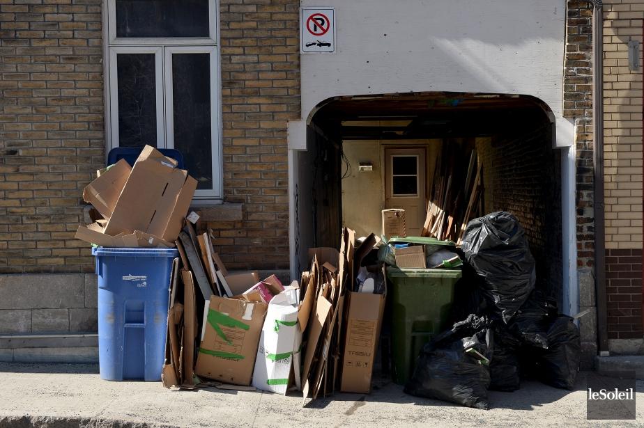 Voici de quoi avaient l'air les rues du centre-ville de Québec lundi après-midi, 13 avril, en prévision de la première collecte des ordures et du recyclage depuis l'instauration de nouvelles règles de la Ville. Pour le moment, les citoyens peuvent mettre leurs bacs (roulants ou non) de même que leurs sacs, sur le bord de la rue. (Photothèque Le Soleil, Erick Labbé)