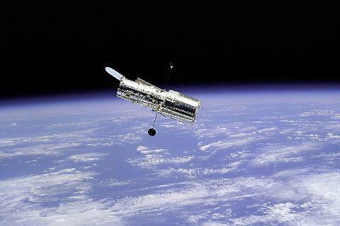 Le télescope spatial Hubble vu de la navette... (PHOTO ARCHIVES AFP)
