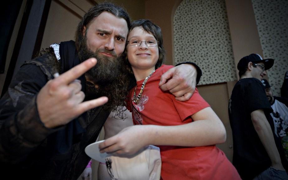 Le lutteur Alextreme pose avec une admiratrice. (Le Soleil, Pascal Ratthé)