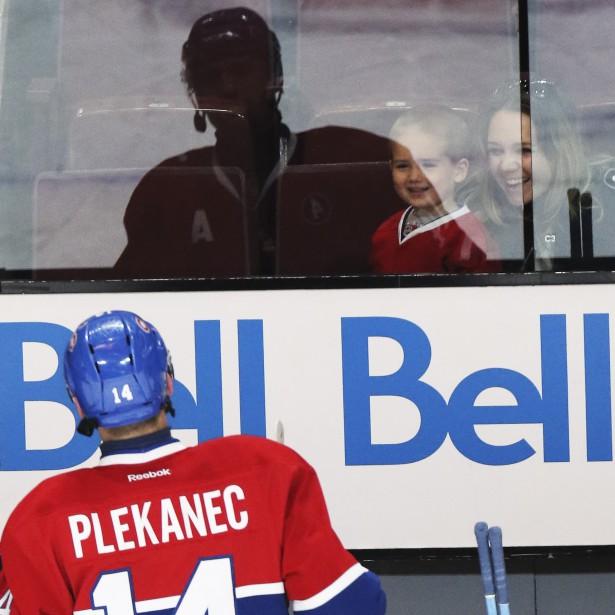 Le vétéran Tomas Plekanec a pris le temps de saluer un de ses plus grands fans durant la période d'échauffement. (Patrick Woodbury, LeDroit)