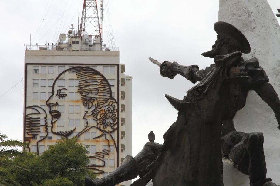 Deux légendes ensemble à Buenos Aires, sur l'avenue 9 de Julio : Eva Perón et Don Quichotte (Collaboration spéciale Marc Tremblay)