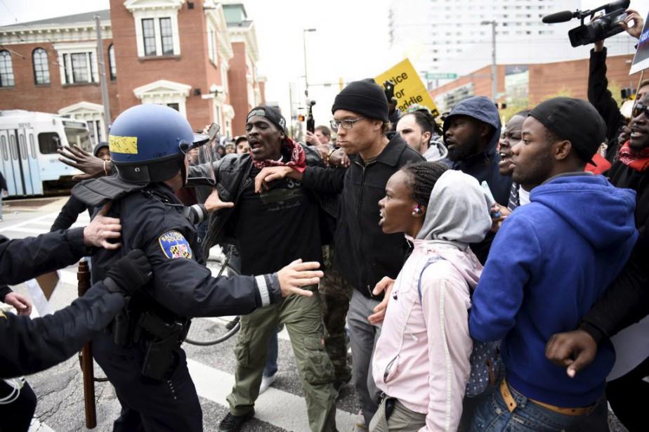 La manifestation s'est brusquement détériorée lorsque plusieurs dizaines... (Photo Sait Serkan Gurbuz, Reuters)