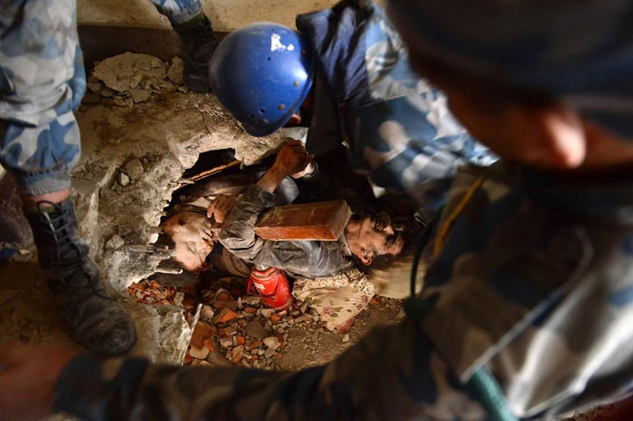 Des secouristes tentent d'extraire un survivant des décombres...