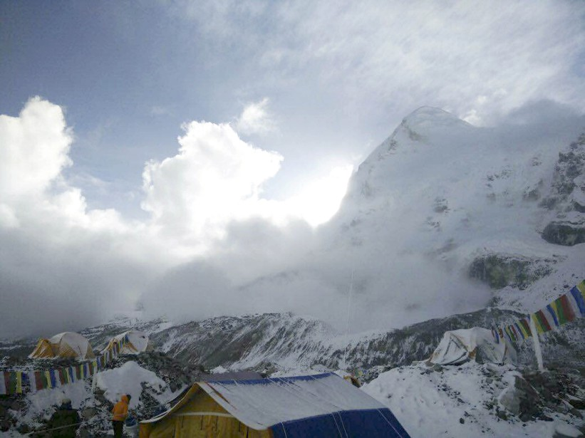 Une petite avalanche passe près du camp de base de l'Everest. (Associated Press, Azim Afif)