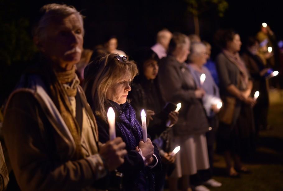Plusieurs personnes se sont réunies à Sydney, en Australie pour marquer une minute de silence et tenir une vigile à la chandelle à la mémoire des victimes du tremblement de terre népalais, le 27 avril. (PHOTO  Saeed KHAN, AFP)