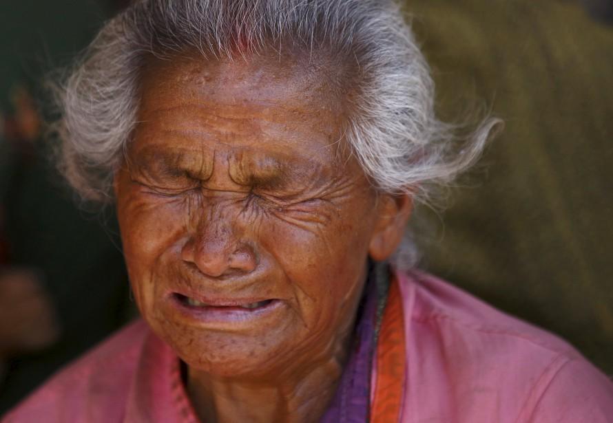 Cette femme ne peut réprimer ses larmes alors qu'elle enterre sa petite-fille tuée dans le terrible séisme de samedi. (PHOTO Navesh Chitrakar, AP)