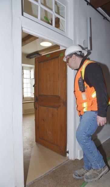 Les portes des chambres authentiques ont été conservées. Il ne faut pas être bien grand pour les franchir sans se pencher! (Le Soleil, Jean-Marie Villeneuve)
