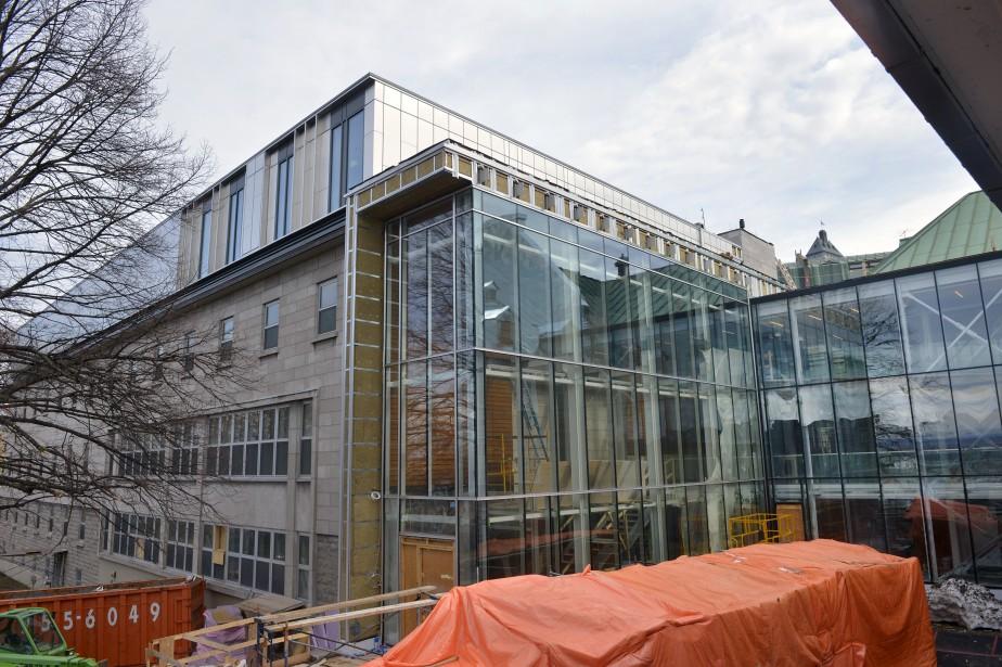 Ajout contemporain, le grand hall vitré qui accueille les visiteurs relie l'aile du Jardin à l'aile Saint-Augustin, à gauche, où a été aménagé un restaurant santé au rez-de-chaussée. (Le Soleil, Jean-Marie Villeneuve)