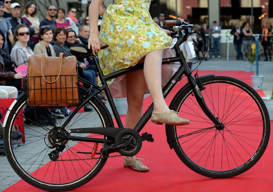 Détail des souliers doré brillants de Julia Caron (Le Soleil, Erick Labbé)