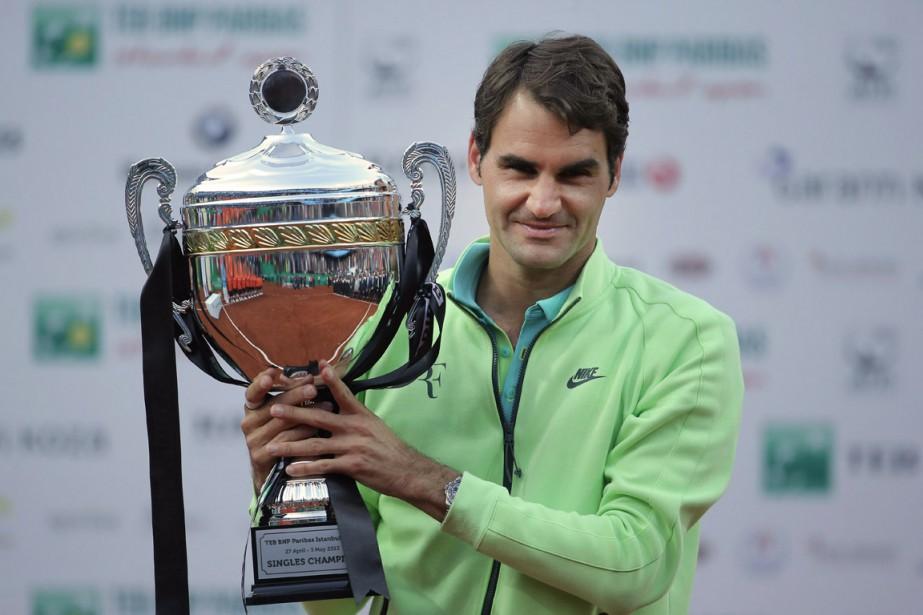 Roger Federer, triomphant, avec son trophée de l'Omnium... (Photo AP)