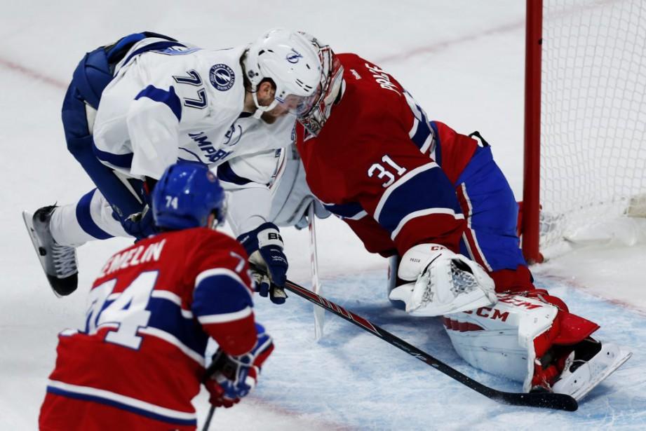 Carey Price effectue un arrêt du bout de la jambière face à Victor Hedman. (PHOTO OLIVIER JEAN, LA PRESSE)