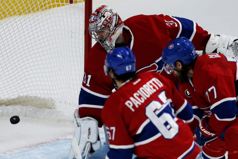 Carey Price regarde le tir de Victor Hedman entrer dans son filet. (PHOTO OLIVIER JEAN, LA PRESSE)