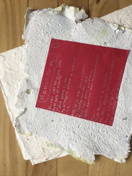 J'ai pleuré de joie et d'émerveillement devant la pureté, la candeur de ce poème offert par ma fille de 10 ans, posé sur du papier et dans une enveloppe qu'elle a fabriqués elle-même. Et ce coeur accordéon, comme une extension de l'amour, de lui vers moi... Je suis une maman choyée avec poème, petit coeur et fleurs qui ne fanent jamais... -<strong><i>Valérie Lesage</i></strong> ()